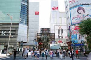 心斎橋筋商店街、高級ブランド街、ジュエリー店、レトロな建物、シティーホテル、飲食店なども多数あります。
